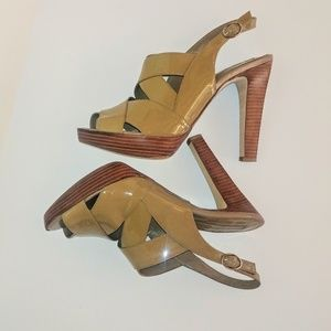 Banana Republic tan patent leather sandal EUC 8.5